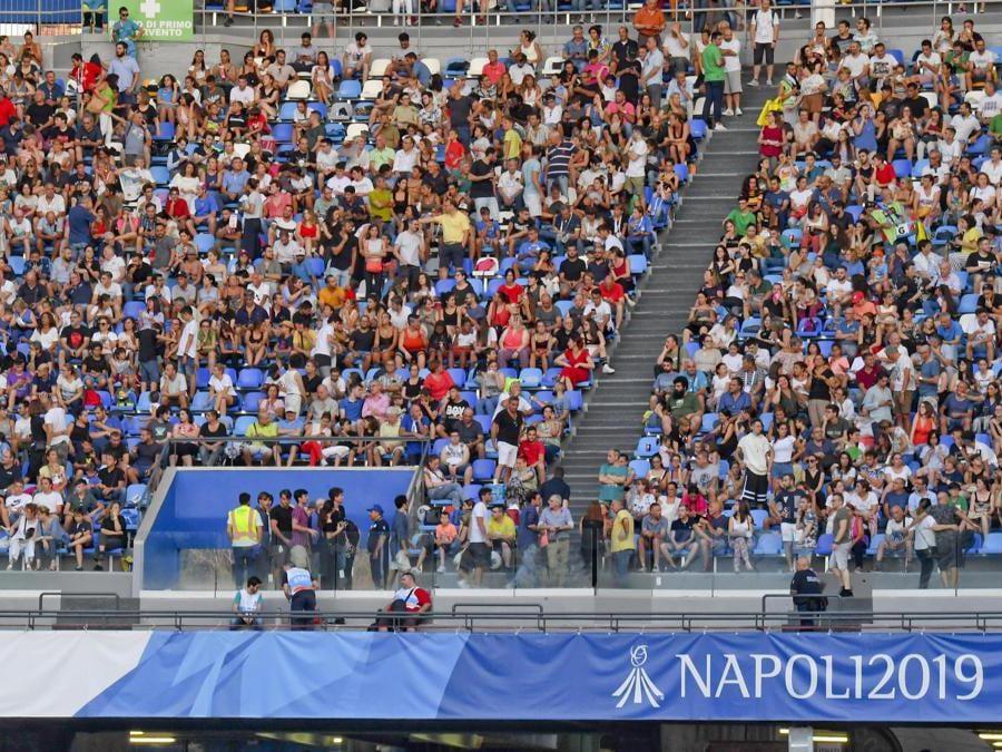 Napoli, gli spalti dello stadio San Paolo gremiti in occasione della palti gremiti per la cerimonia di apertura delle Universiadi (ANSA / CIRO FUSCO)