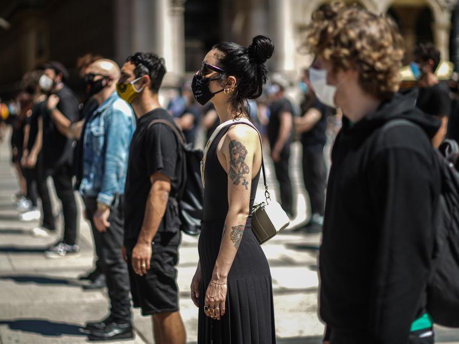 A Milano, in piazza Duomo, il Flashmob artisti dello spettacolo:  nella foto la cantante Levante (Agf)