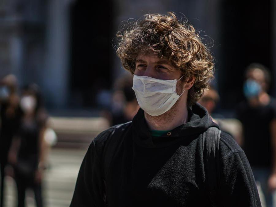 A Milano, in piazza Duomo, il Flashmob artisti dello spettacolo:  nella foto il cantante Lodo Guenzi (Agf)