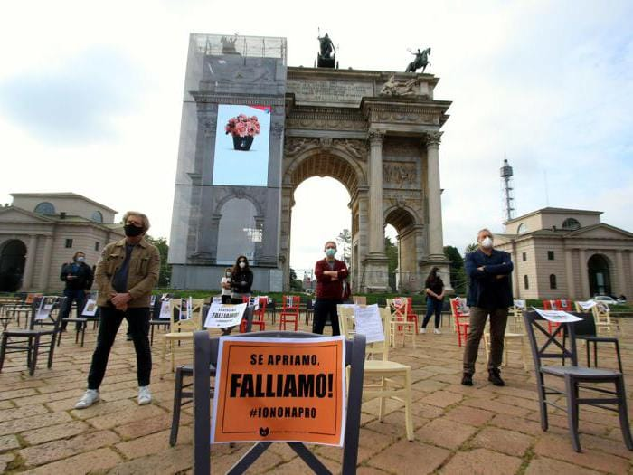 La protesta dei ristoratori a Milano, sedie vuote in piazza. Multati per assembramento