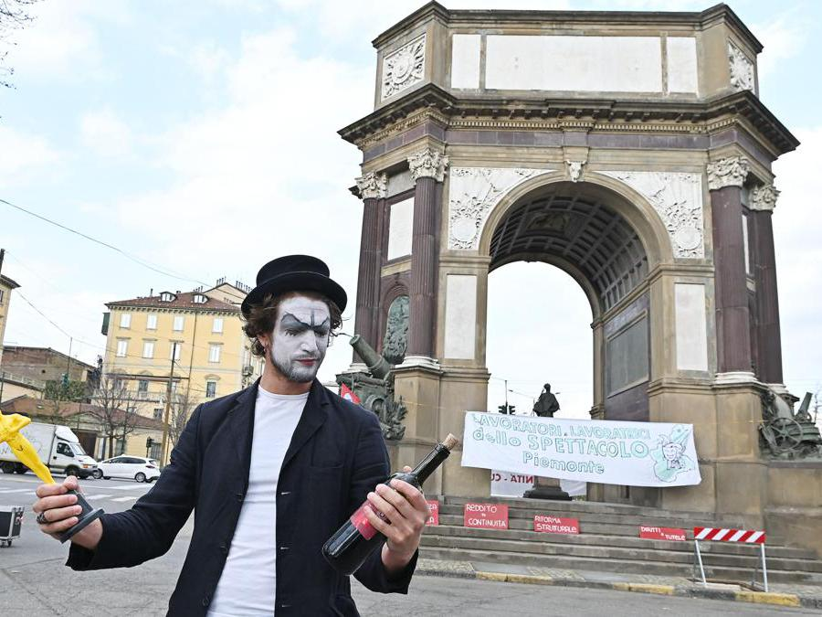La manifestazione del settore cultura e spettacolo 'Ora basta' presso l'Arco del Valentino, Torino, 27 marzo 2021 ANSA/ALESSANDRO DI MARCO
