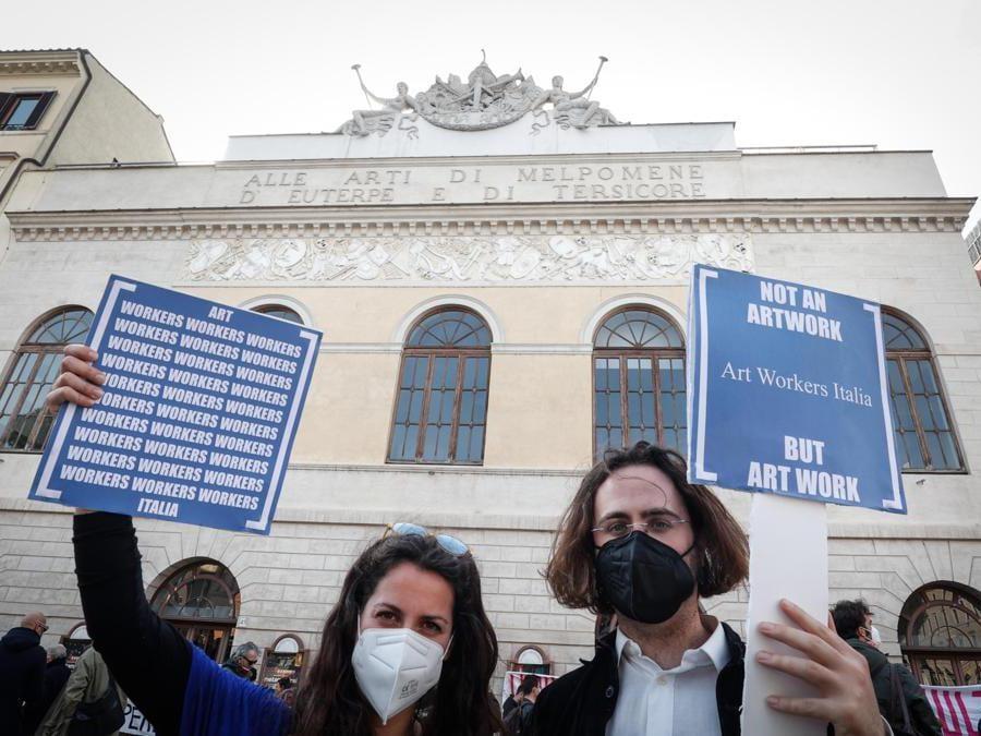 Roma  - un momento a Largo Argentina durante la manifestazione dei laboratori teatrali (Ansa/Giuseppe Lami)