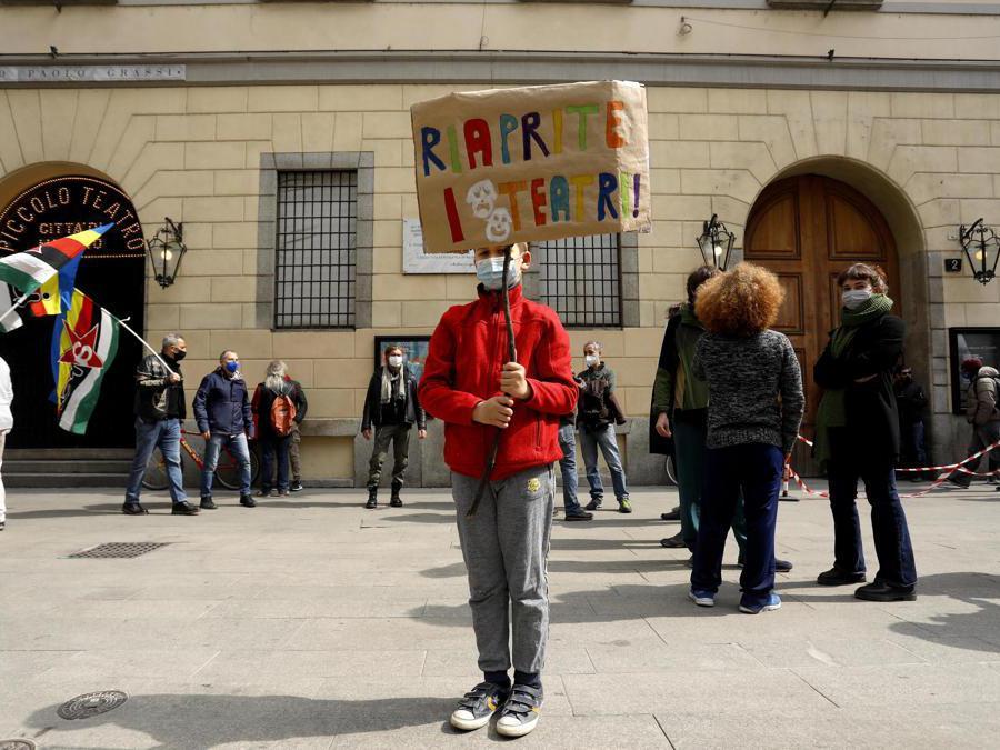 Milano. L'assemblea cittadina davanti al Piccolo Teatro di via Rovello, occupato dai lavoratori dello spettacolo. (Ansa/Mourad Balti Touati)