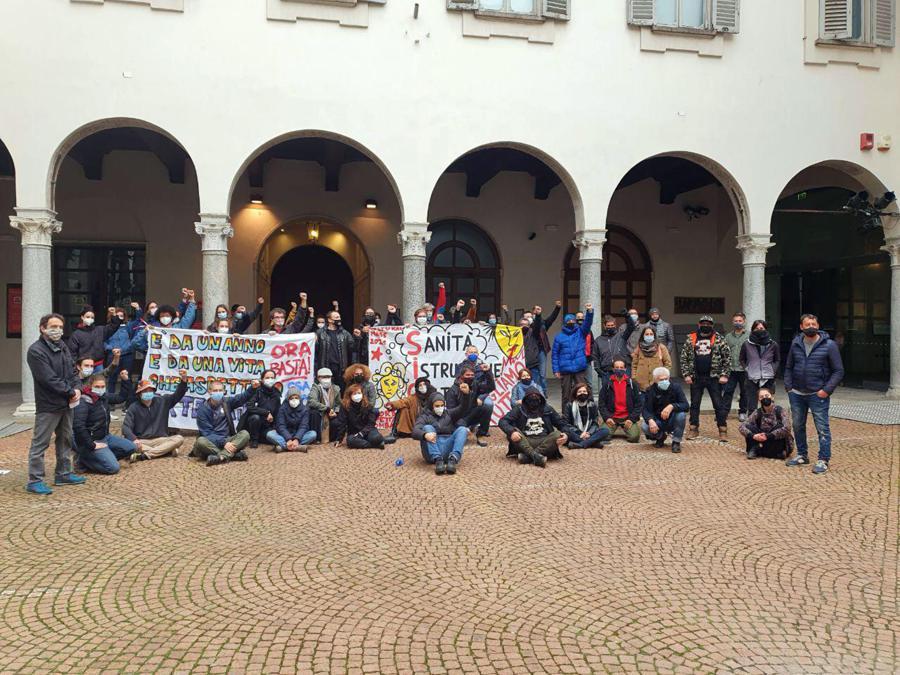Milano. L'assemblea cittadina davanti al Piccolo Teatro di via Rovello, occupato dai lavoratori dello spettacolo. (Ansa