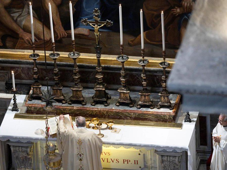 Papa Francesco celebra una messa  in una cappella laterale della Basilica di San Pietro, dove è sepolto San Giovanni Paolo II, per commemorare il 100 ° anniversario della nascita. (Vatican Media/ via Reuters)