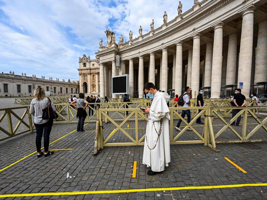 Le persone mantengono  le distanze di sicurezza per accedere alla Basilica di San Pietro , in Vaticano (Photo by Vincenzo Pinto / AFP)