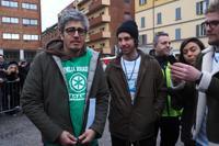 Mattia Santori (a destra) con Pif (a sinistra) durante la manifestazione nazionale del movimento delle «Sardine» in piazza 8 agosto a Bologna (Ansa/Giorgio Benvenuti)