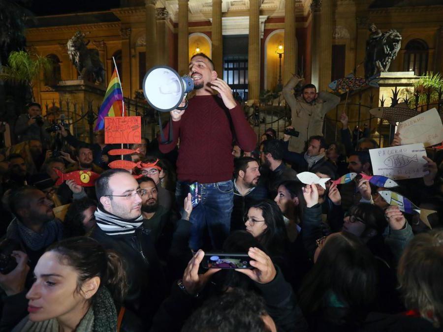 La manifestazione delle sardine in piazza verdi davanti al treatro Massimo, Palermo, 22 novembre 2109. (Ansa/Igor Petyx)