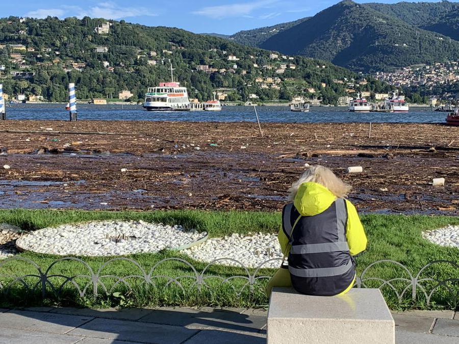 Piazza Cavour a Como ricoperta di acqua e detriti esondati dal lago a causa delle copiose piogge.  (Ansa / Maatteo Bazzi)
