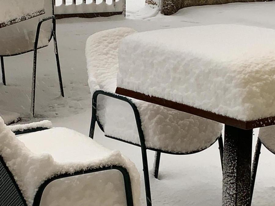 Un particolare della abbondante nevicata a Villadige Rivalta (Verona), 28 dicembre 2020. (Ansa / Sandro Benedetti)