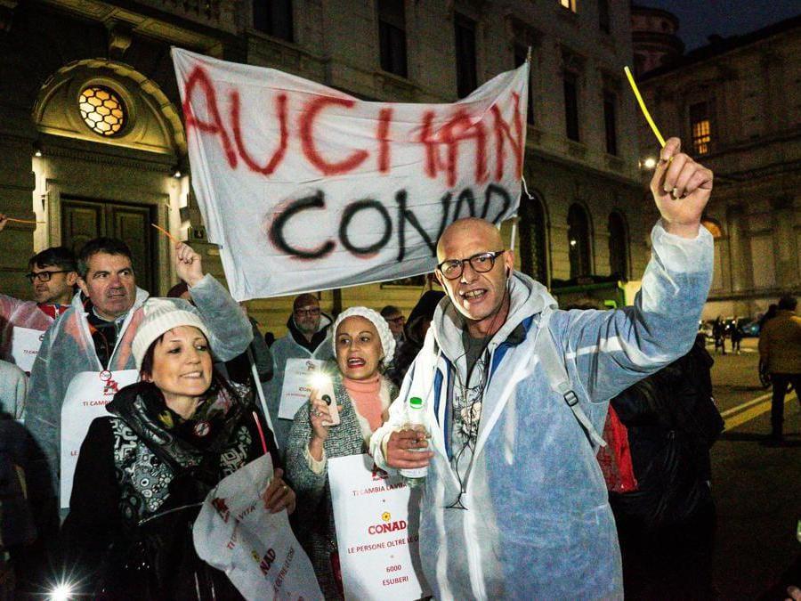 Prima della scala. Protesta dei lavoratori Conad Auchan. (Stefano De Grandis/Fotogramma)