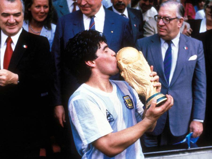 Campionati del Mondo di Calcio  Città del Messico. Nella foto Diego Armando Maradona bacia la coppa del mondo durante la premiazione (Sven Simon/Ipp)  i