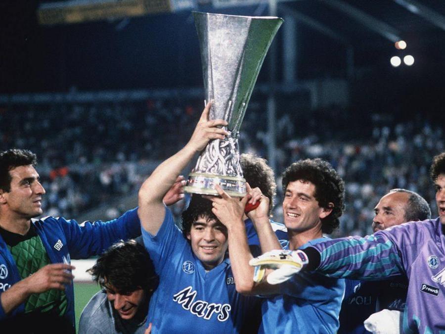 Coppa Uefa 1988-1989 Diego Armando Maradona solleva la coppa (Ipp)