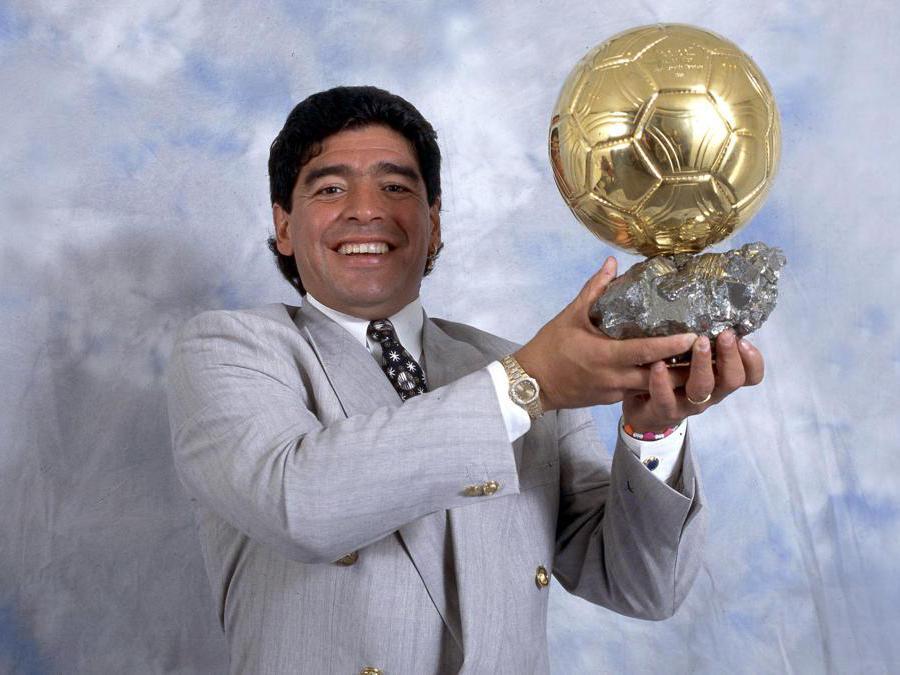 Diego Armando Maradona con il trofeo consegnatogli per la sua carrierea (Ipp)