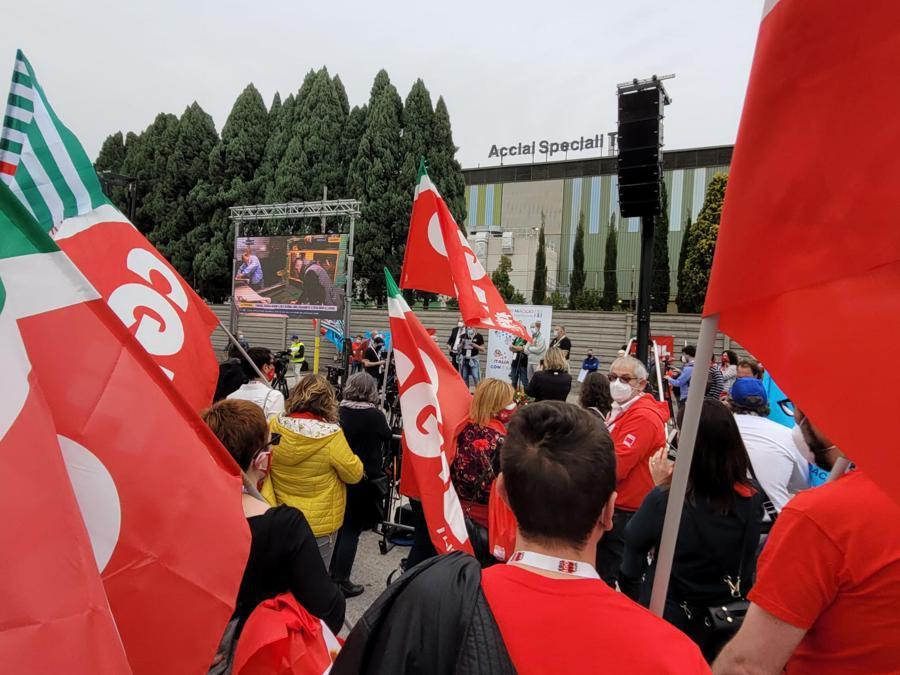 Il segretario generale della Cgil, Maurizio Landini, durante una manifestazione a Terni (ANSA/LIBEROTTI)