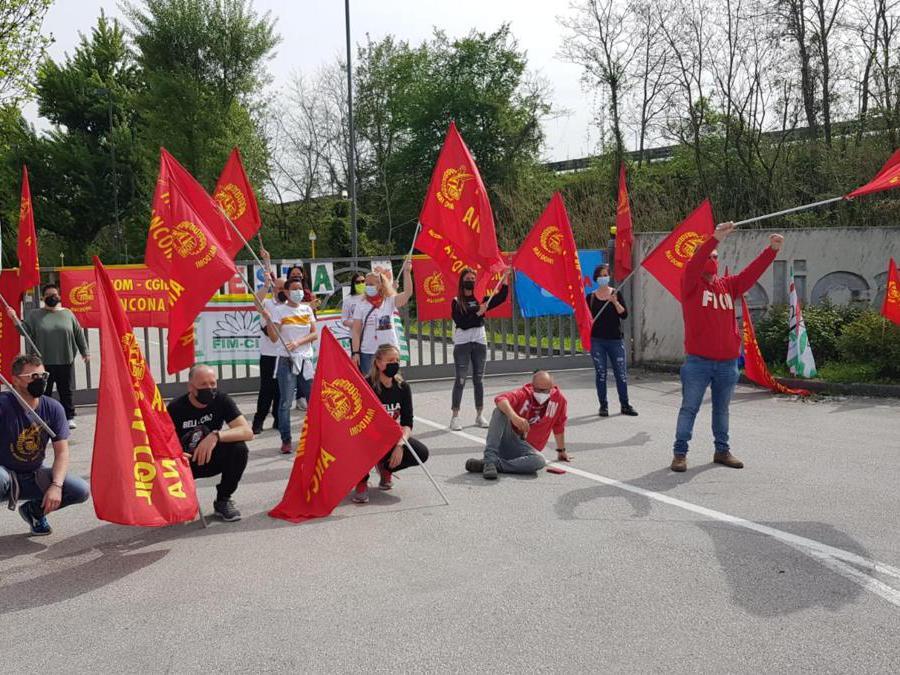 Primo maggio amaro per i lavoratori del distretto di Fabriano: quelli di Elica, multinazionale leader mondiale nel settore delle cappe aspiranti, trascorrono la Festa del Lavoro in presidio davanti all'azienda (ANSA)
