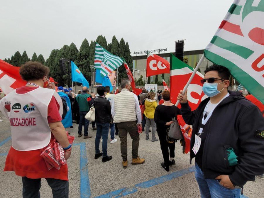 Il segretario generale della Cgil, Maurizio Landini, durante una manifestazione a Tern ( ANSA/LIBEROTTI)