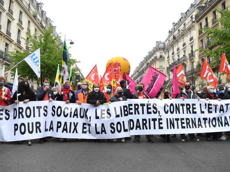 Primo maggio a Parigi. (Photo by Alain JOCARD / AFP)