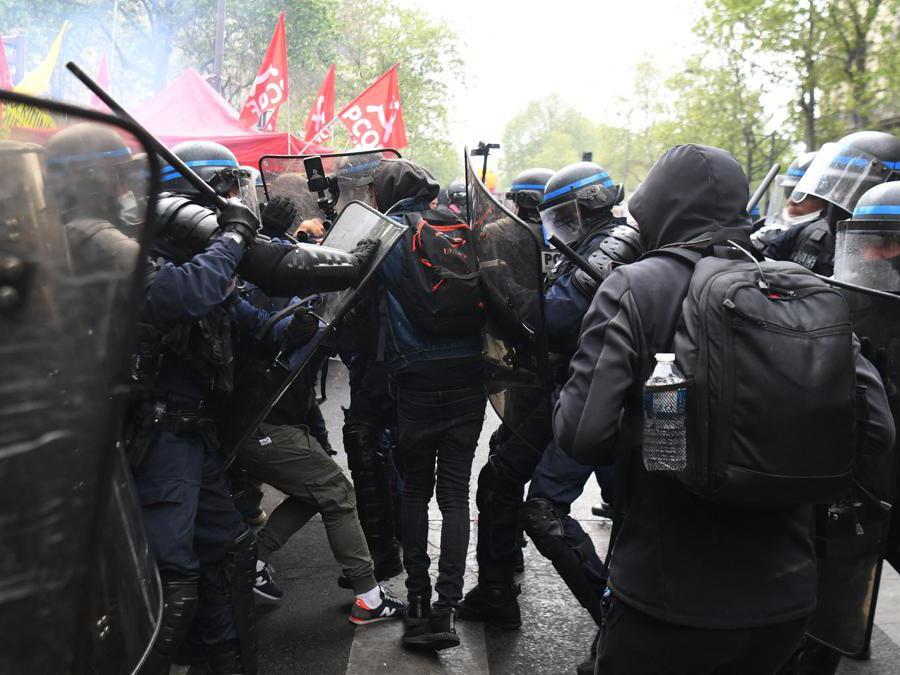 Parigi, scontri tra polizia e manifestanti. (Photo by Alain JOCARD / AFP)