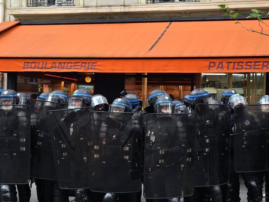 Parigi, poliziotti in assetto da guerra. (Photo by Bertrand GUAY / AFP)