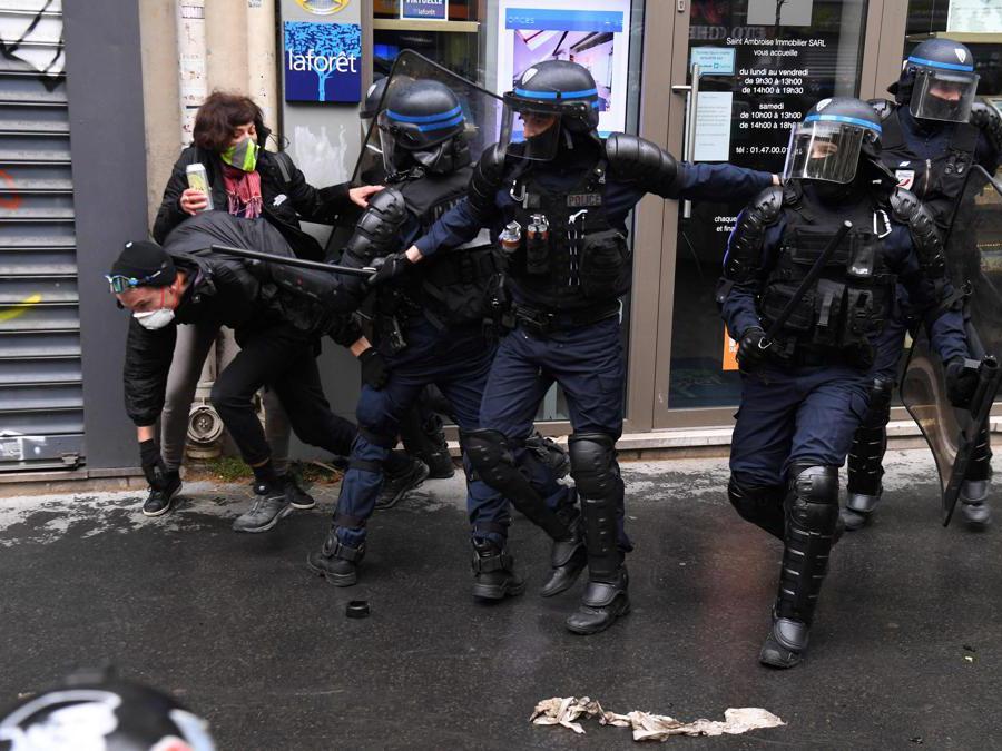 Parigi, scontri tra poliziotti e manifestanti (Photo by Alain JOCARD / AFP)