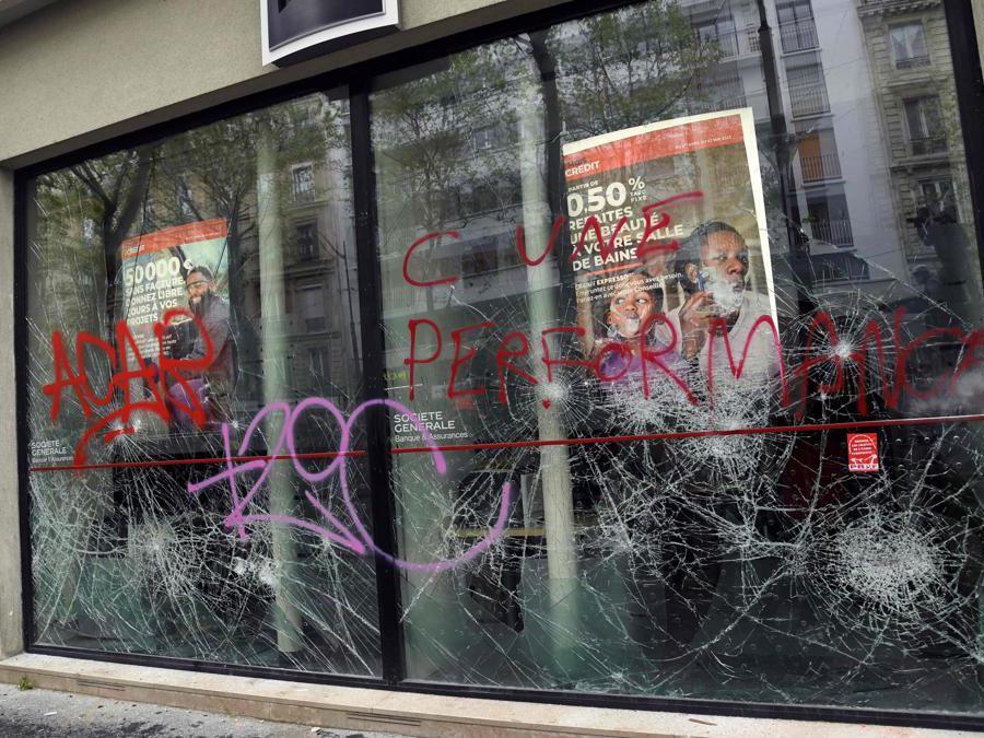 Parigi, i vetri di una banca vandalizzati da alcuni manifestanti  (Photo by Bertrand GUAY / AFP)