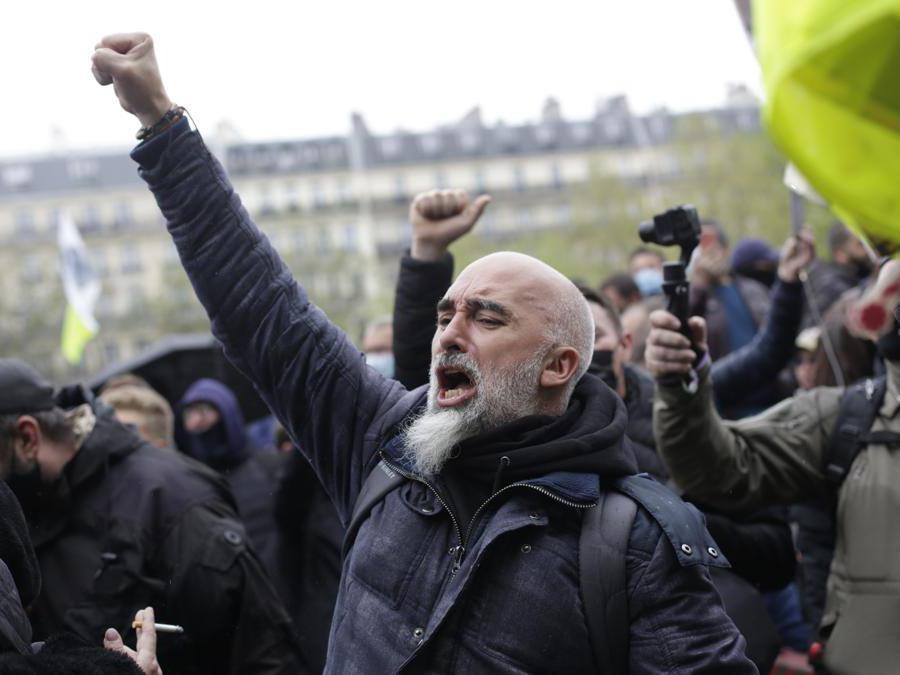 Primo maggio a Parigi (AP Photo/Thibault Camus)