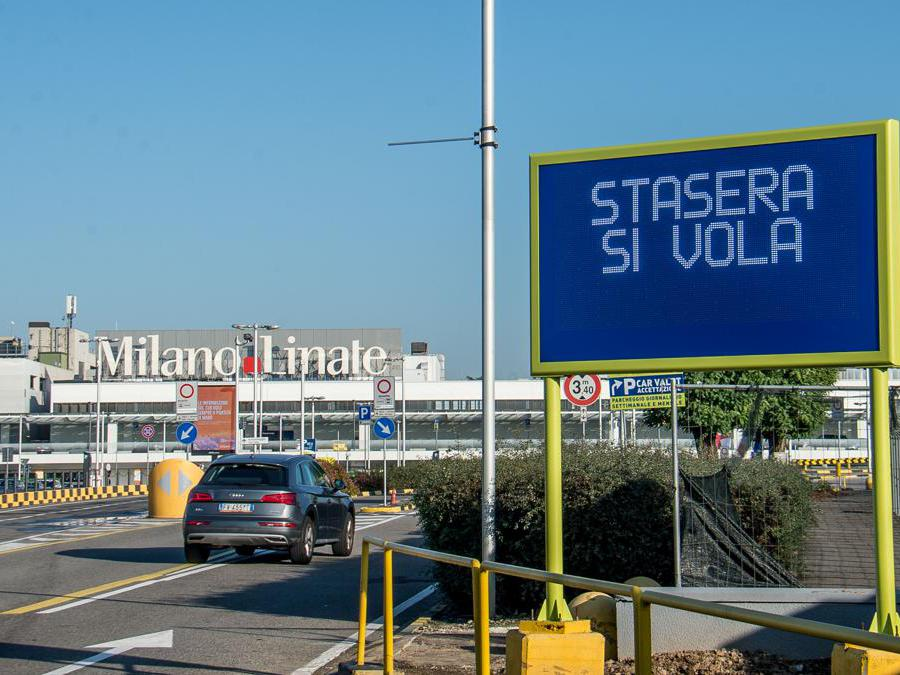 «Stasera si Vola» scritta che annuncia la riapertura dell'aeroporto di Linate (Carlo Cozzoli/Fotogramma)