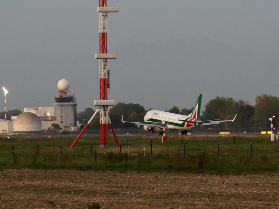 Atterraggio primo volo a Linate (Massimo Alberico/Fotogramma)