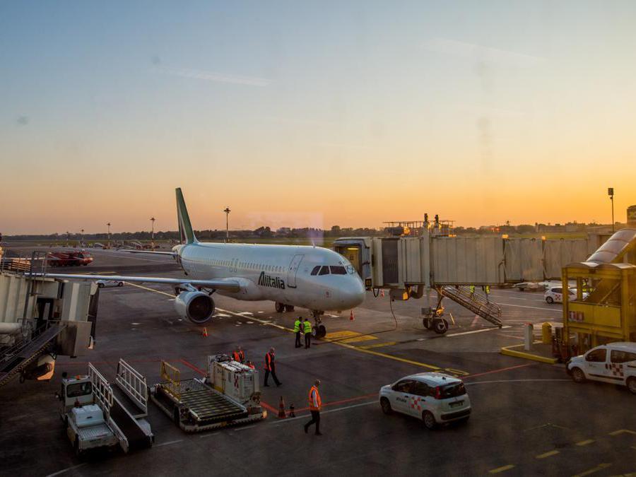 Primo aereo Alitalia AZ2092 atterra a Linate aeroporto, primi passeggeri sbarcano (Carlo Cozzoli/Fotogramma)