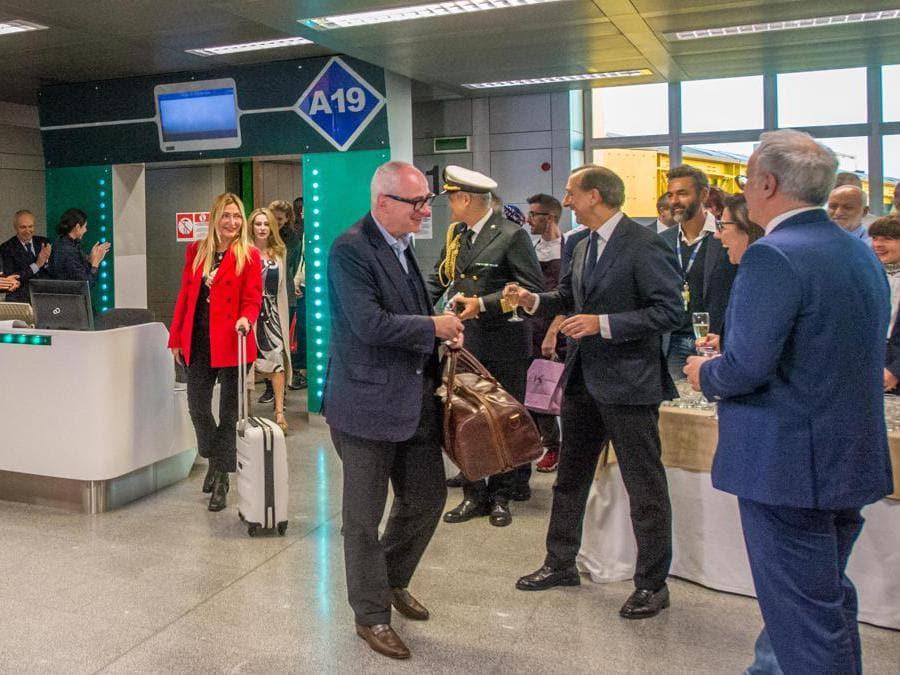 Primo aereo Alitalia AZ2092 atterra a Linate aeroporto, primi passeggeri sbarcano.  Nella foto il sindaco Giuseppe Sala accoglie i passeggeri (Carlo Cozzoli/Fotogramma)