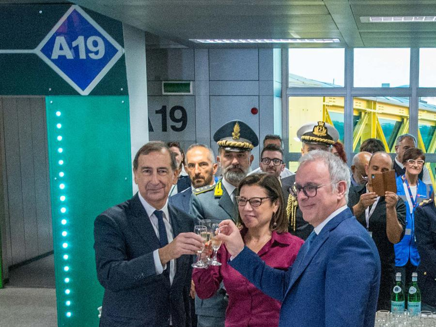 Nella foto Paola de Micheli ministro infrastrutture e trasporti, il sindaco Giuseppe Sala e Nicola Zaccheo presidente Enav (Carlo Cozzoli/Fotogramma)
