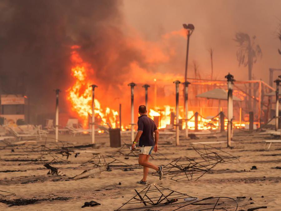 Stabilimenti balneari distrutti dalle fiamme vicino a Catania. (Roberto Viglianisi/via Reuters)
