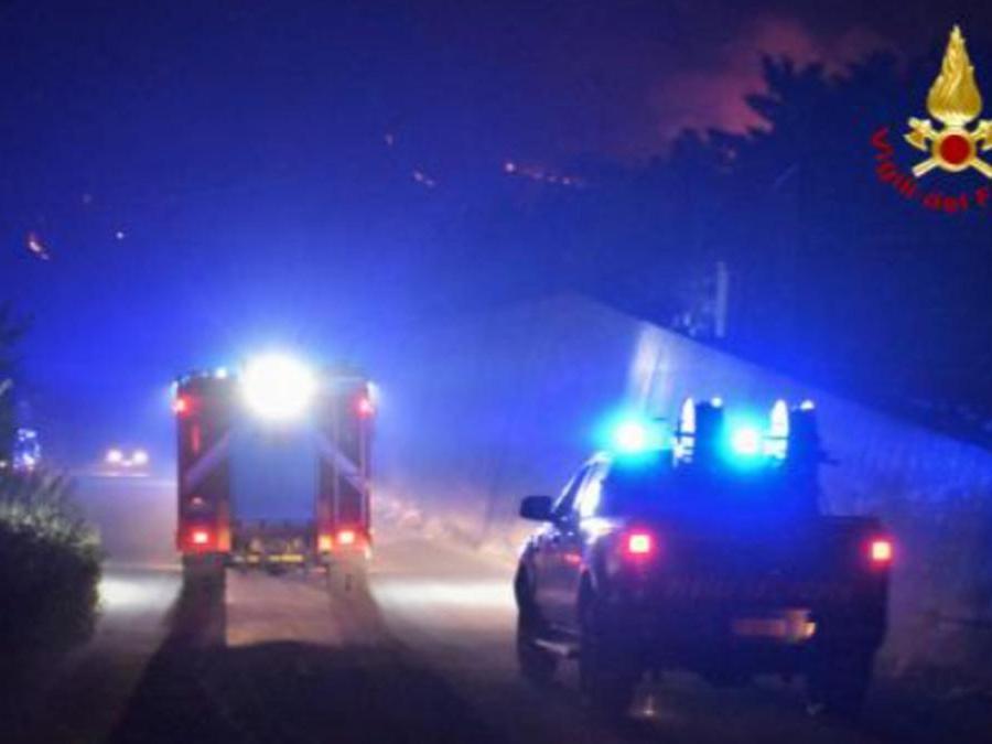 I vigili del fuoco intervengono per spegnere gli incendi divampati tra Piana degli Albanesi, Strasatto Altofonte e San Giuseppe Jato, 30 luglio 2021. (Ansa / Vigili del Fuoco)