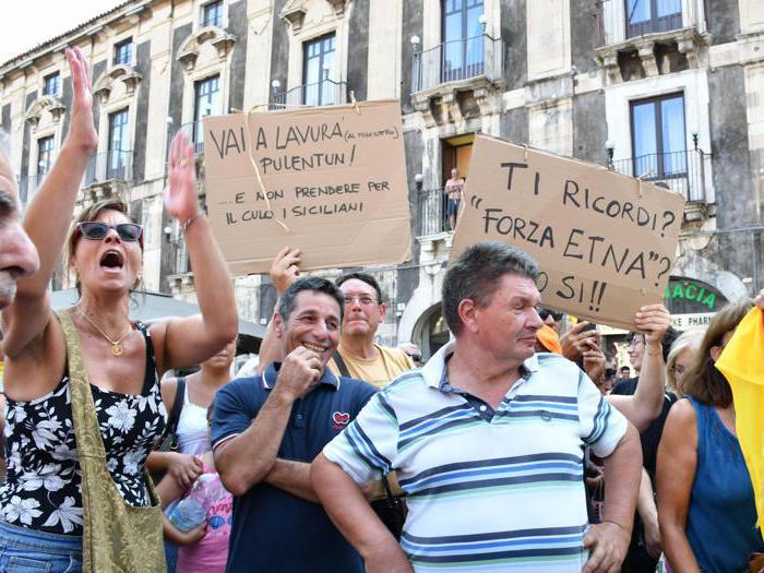 Salvini a Catania, sostenitori e contestatori a confronto