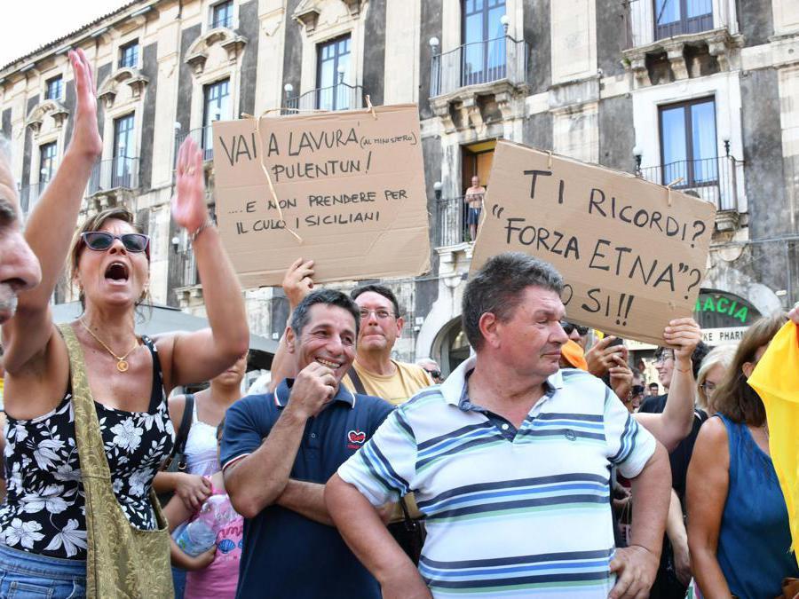 Cartelli di contestazione nei confronti di Matteo Salvini(Ansa)