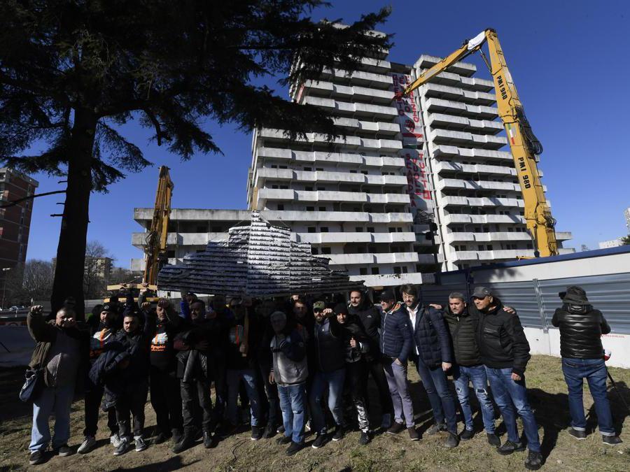 L'inizio dell'operazione di abbattimento della Vela Verde, la prima Vela del lotto M che sarà demolita a Napoli, 20 febbraio 2020. ANSA/CIRO FUSCO