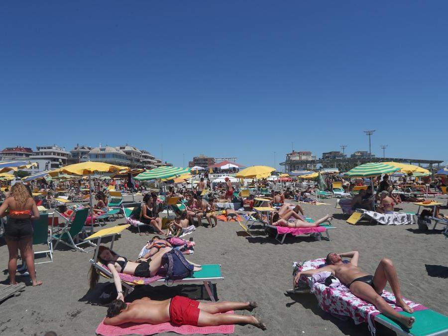 Ostia, Capocotta, assalto alle spiagge nel primo week-end di sole della stagione (Agf)
