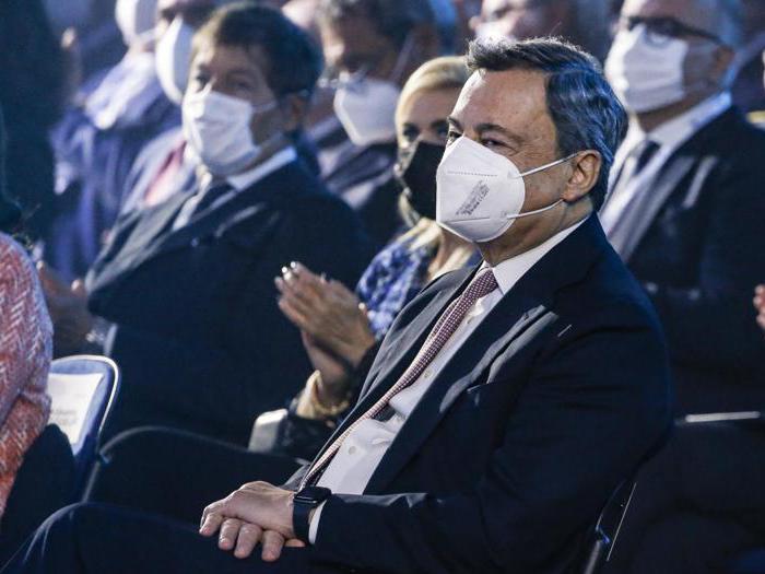 Standing ovation per Draghi all'assemblea annuale di Confindustria