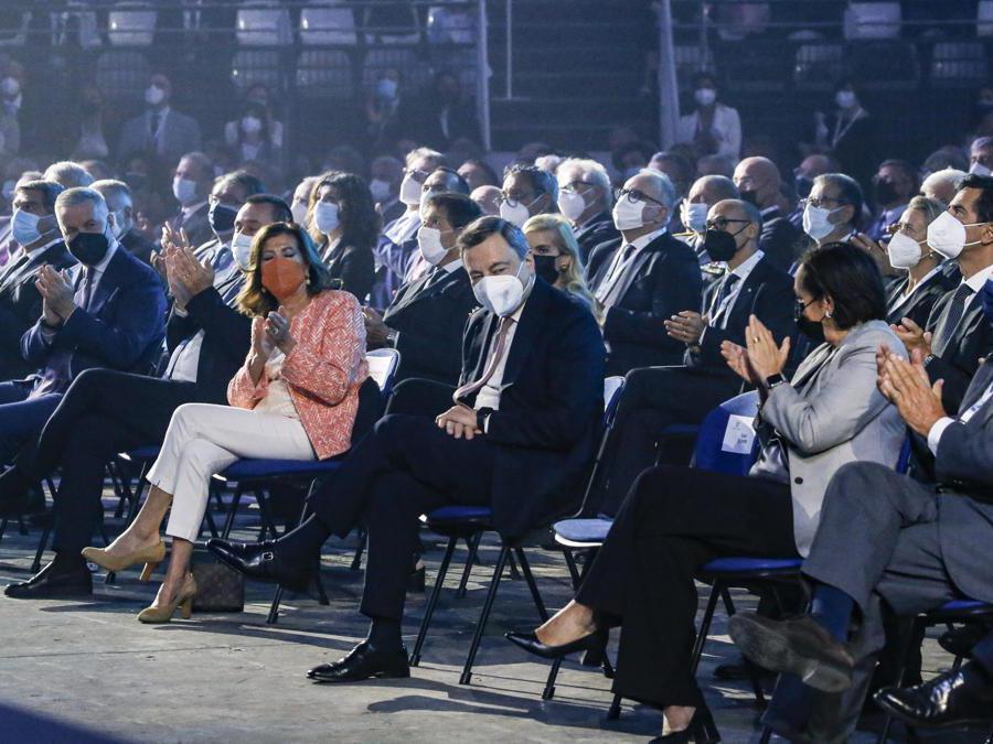 Il presidente del consiglio Mario Draghi saluta i presenti, a seguito di un lungo applauso a lui rivolto durante l'Assemblea 2021 di Confindustria, Roma 23 settembre 2021. ANSA/FABIO FRUSTACI