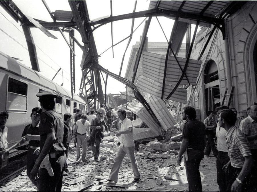 Il lavoro dei soccorritori subito dopo la strage di Bologna del 2 agosto 1980, in una foto d'archivio. (Ansa)