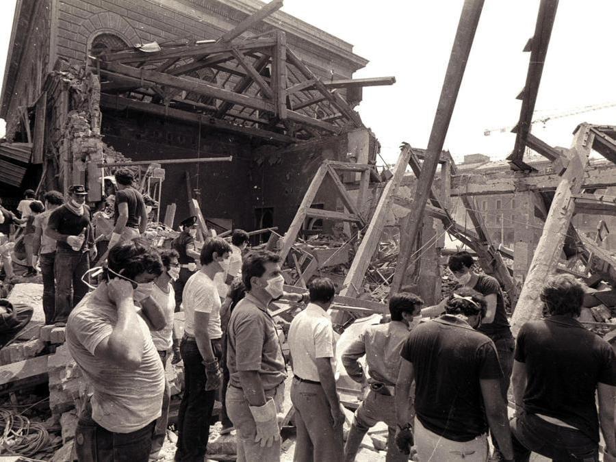 Il lavoro dei soccorritori dopo la strage di Bologna del 2 agosto 1980, in una foto d'archivio. (Ansa)