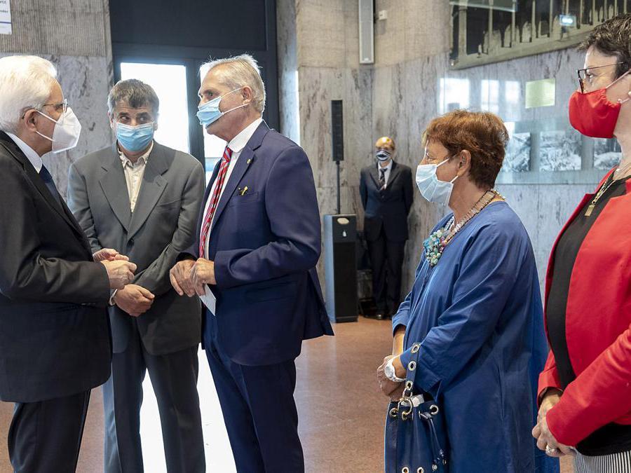 Il Presidente della Repubblica Sergio Mattarella nel corso dell'incontro con Paolo Bolognesi Presidente dell'Associazione tra i Familiari delle Vittime della Strage alla Stazione di Bologna e i famigliari delle vittime (Ansa)