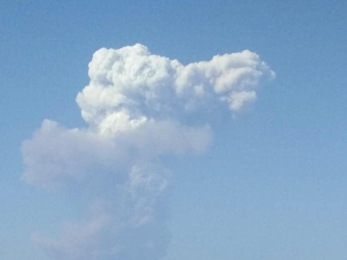 Stromboli, esplosioni dal cratere. I turisti fuggono in mare
