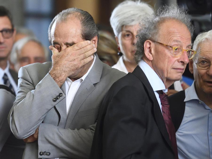 L'ex magistrato Antonio Di Pietro (a sinistra) e Gherardo Colombo alla camera ardente allestita al Palazzo di Giustizia per l'ultimo saluto a Francesco Saverio Borrelli (Ansa/Flavio Lo Scalzo)