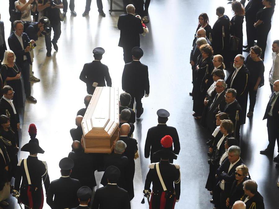 Il feretro di Francesco Saverio Borrelli viene portato fuori dal Palazzo di Giustizia dopo la chiusura della camera ardente (Ansa/Flavio Lo Scalzo)
