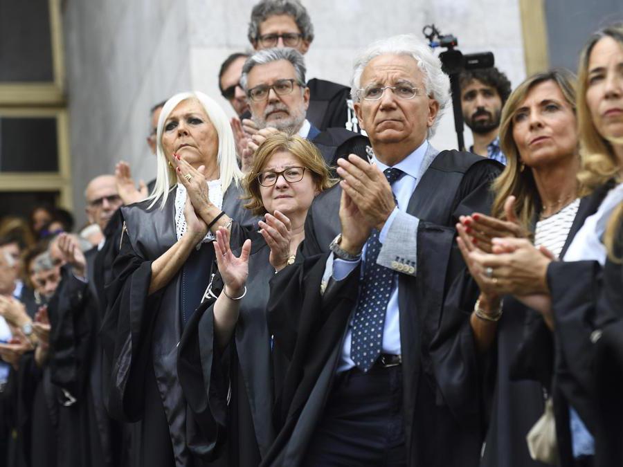 Magistrati applaudono quando il feretro di Francesco Saverio Borrelli viene portato fuori dal Palazzo di Giustizia dopo la chiusura della camera ardente (Ansa/Flavio Lo Scalzo)