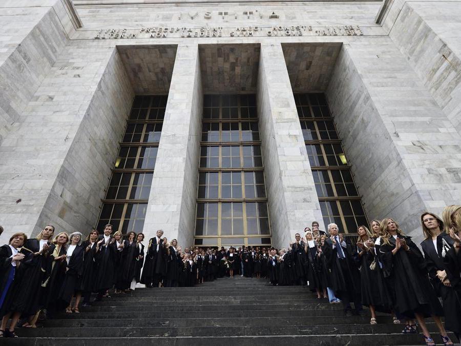 Magistrati applaudono quando il feretro di Francesco Saverio Borrelli viene portato fuori dal Palazzo di Giustizia(Ansa/Flavio Lo Scalzo)