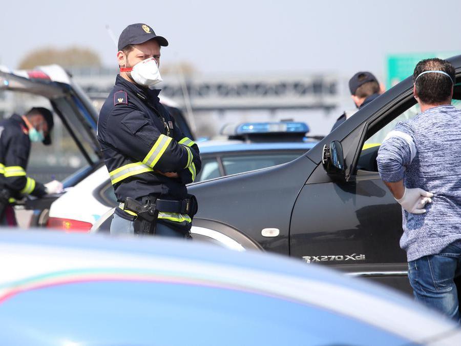 Agenti della Polizia effetuno controlli al casello autostradale di Milano all'imbocco della Auto-laghi A8 e A9, Milano 4 Aprile 2020. (Ansa / Matteo Bazzi)
