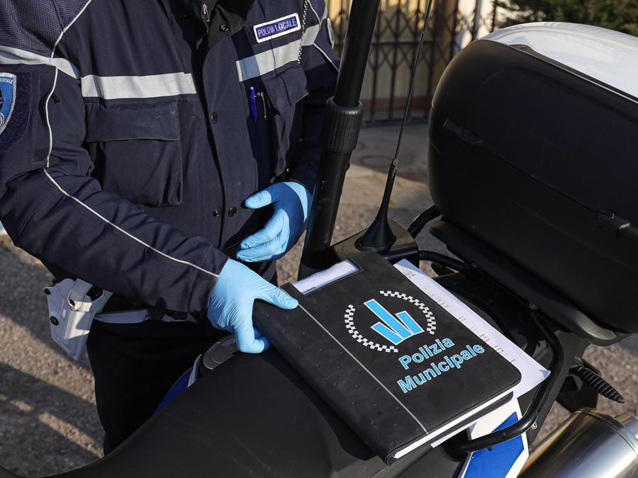 Gli agenti del Corpo Unico di Polizia Municipale Bassa Reggiana effettuano controlli nei comuni della bassa sugli spostamenti non autorizzati Italy Photo Press - World Copyright - Foto IPP/Ciancaglini Emmanuele
